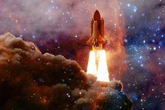 Navetta spaziale che decolla in missione fotografie stock