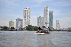 Navette de bateau sur la rivière, Bangkok Image stock