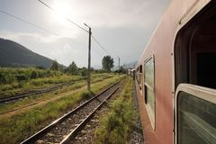 Navette ferroviaire de transporteur de vieil état roumain de CFR partant de la station photo libre de droits