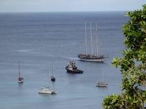 Navi ancorate nella baia di Ministero della marina su Bequia Fotografie Stock Libere da Diritti