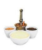 Navi d'ottone e ceramiche con i cereali ed il riso Fotografia Stock