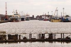 Navi da carico in Albert Dock Kingston sopra il guscio fotografia stock