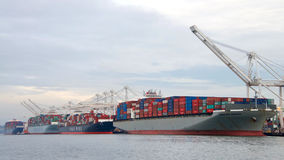 Navi da carico che caricano al porto di Oakland Fotografia Stock Libera da Diritti