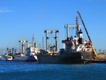 Navi da carico messe in bacino per caricamento Fotografie Stock