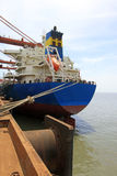 Navi da carico nelle vicinanze di un molo Fotografie Stock