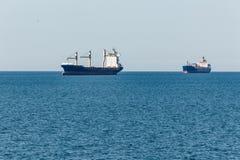Navi da carico sul loro modo al porto di Amburgo fotografia stock