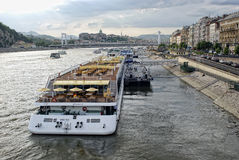 Navi da crociera sul Danubio a Budapest Fotografia Stock