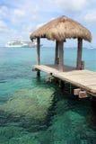 Navi da crociera in una destinazione tropicale Immagini Stock