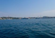 Navi da guerra della flotta di Mar Nero sulla baia di Sebastopoli Fotografie Stock Libere da Diritti