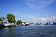 Navi da guerra di parcheggio vicino alla linea costiera Fotografia Stock Libera da Diritti
