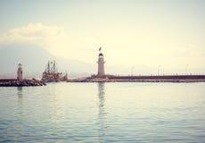 Navi della vela e del faro nel mar Mediterraneo Immagine Stock Libera da Diritti