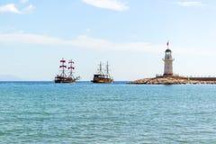 Navi della vela e del faro nel mar Mediterraneo Fotografia Stock