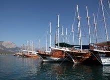 Navi di navigazione in porto Immagine Stock