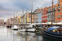Navi e periodi con la bella vista ai colori che costruiscono a Copenhaghen fotografia stock