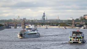 Navi e ponte sul fiume di Mosca Fotografie Stock