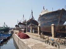 Navi messe in bacino al porto in Essaouira Fotografia Stock Libera da Diritti