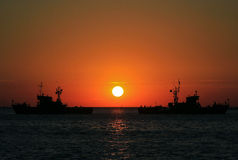 Navi nel mare al tramonto Immagini Stock Libere da Diritti