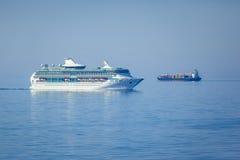 Navi nel mare blu Fotografia Stock