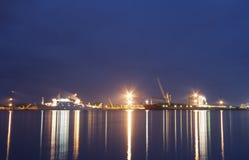 Navi nel porto del bakaritza alla luce delle luci notturne arca fotografie stock libere da diritti