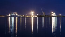 Navi nel porto del bakaritza alla luce delle luci notturne arca fotografie stock