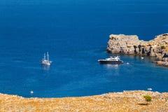 Navi nella baia di Lindos Isola di Rodi La Grecia Fotografia Stock Libera da Diritti