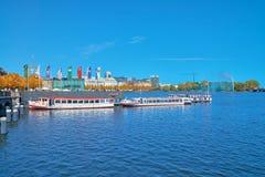 Navi passeggeri rimorchiate sul lago Alster, Amburgo, Germania Fotografie Stock Libere da Diritti