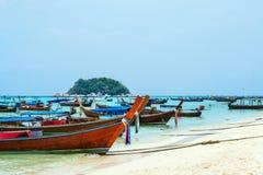 Navi passeggeri sulla spiaggia nell'isola di Lipe, Tailandia Fotografia Stock