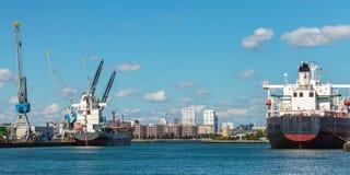Navi porta-container di aggancio nel porto di Rotterdam Fotografie Stock Libere da Diritti