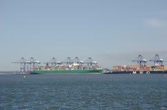 Navi porta-container nel porto di Flexistowe che guarda da Harwich immagini stock libere da diritti