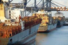 Navi porta-container in porta fotografie stock libere da diritti