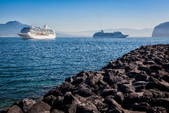 Navi a Sorrento che si dirige a Capri, Italia Immagini Stock