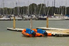 Navi sui loro attracchi al porto ed al porticciolo sul fiume Hamble a Warsash sulla costa sud dell'Inghilterra fotografie stock libere da diritti