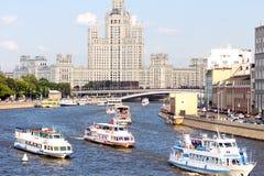 Navi sul fiume di Mosca sul fondo della costruzione più alta Paesaggio urbano di Mosca Estate a Mosca Immagine Stock