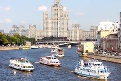 Navi sul fiume di Mosca sul fondo della costruzione più alta Paesaggio urbano di Mosca Estate a Mosca Immagine Stock Libera da Diritti