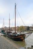 Navi sul fiume la Senna a Parigi Immagine Stock
