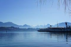 Navi a vapore su un lago con le alpi nei precedenti Fotografie Stock