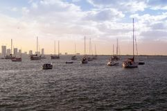 Navi, yacht, pescherecci, fondo del cielo blu, tramonto, nuvola Immagini Stock
