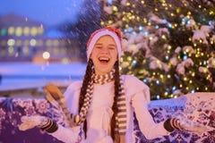 Navidad Año Nuevo Muchacha alegre joven en un casquillo rojo en el par Fotos de archivo libres de regalías