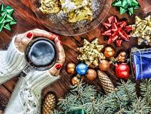 Navidad Año Nuevo Ornamentos del árbol de navidad Una taza de té en las manos de una mujer hermosa Foto de archivo libre de regalías