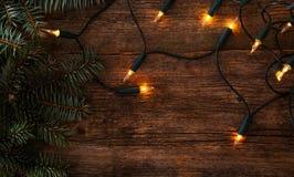 Navidad Abeto con la guirnalda en la tabla Fotos de archivo libres de regalías