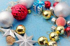 Navidad brillante y de plata que adorna con el espacio para el centro del texto Imagen de archivo libre de regalías