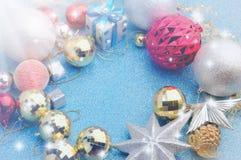 Navidad brillante y de plata que adorna el fondo Imagen de archivo