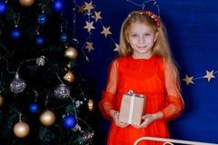 Navidad Caja de regalo de la abertura de Gerl fotografía de archivo libre de regalías