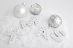 Navidad, cartas de madera blancas y bolas de la Navidad Imágenes de archivo libres de regalías