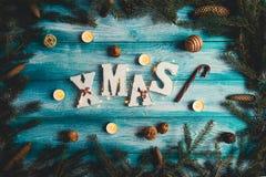 Navidad de la palabra en un fondo de madera azul Imagen de archivo libre de regalías