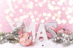 Navidad de la palabra hizo de las letras de madera, árboles de la piel de las ramas, decorati imagenes de archivo