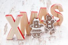 Navidad de madera decorativa de las letras en el fondo blanco, pan de jengibre Fotos de archivo
