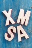 Navidad de madera decorativa en un fondo azul, visión superior de las letras Imagen de archivo libre de regalías