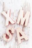 Navidad de madera decorativa en un fondo blanco, visión superior de las letras Imagen de archivo libre de regalías