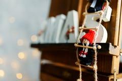 Navidad de madera de las letras en Años Nuevos interiores con las luces Fotografía de archivo